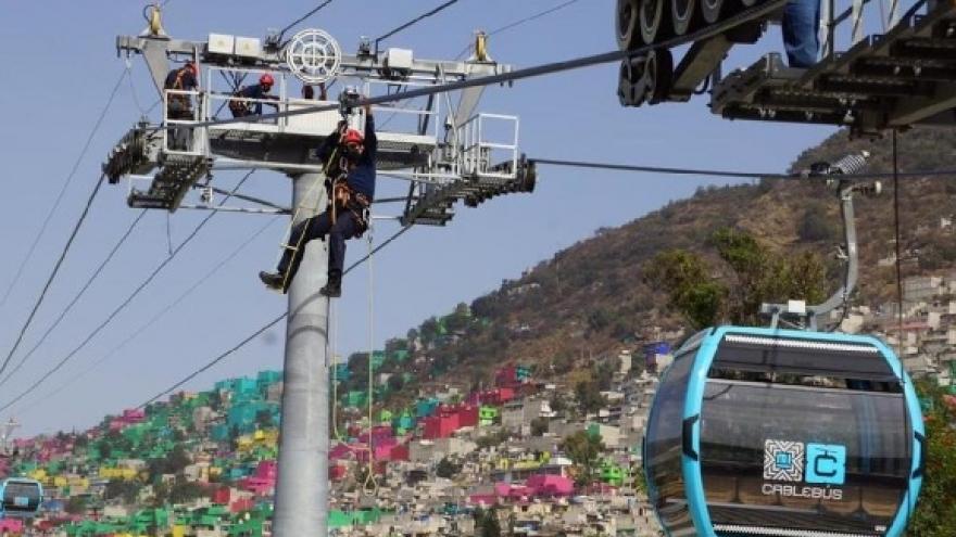 El Heroico Cuerpo de Bomberos de la CDMX se capacita en el rescate de personas en las alturas